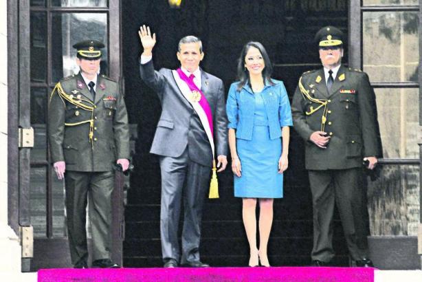 el presidente de la republica Ollanta Humala sale de palacio de gobierno para dirigirse al congreso de la republica acompañado de sus esposa nadine heredia y por el gabinete en pleno del consejo de ministros