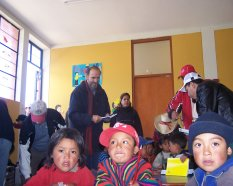 Yehude-Simon con los niños